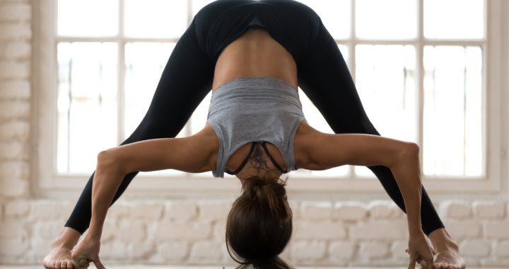 posturas invertidas de yoga prasarita