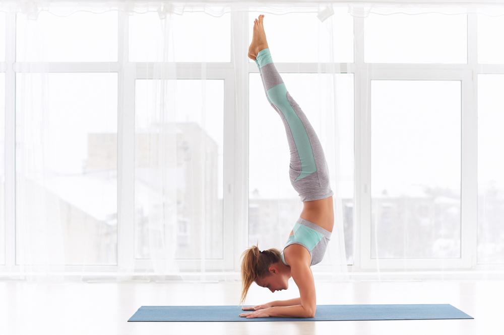 posturas invertidas de yoga pincha mayurasana
