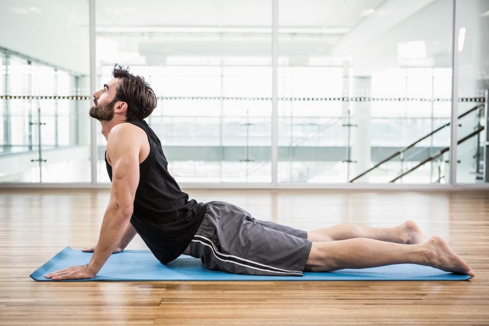 dona esportista realitzar ioga per evitar lesions