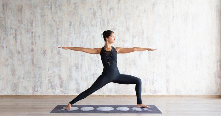 mujer deportista realizando postura de yoga para evitar lesiones